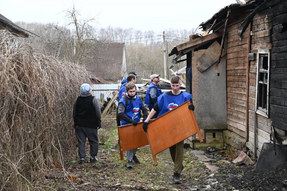 Смолянке помогли разобрать сгоревший дом