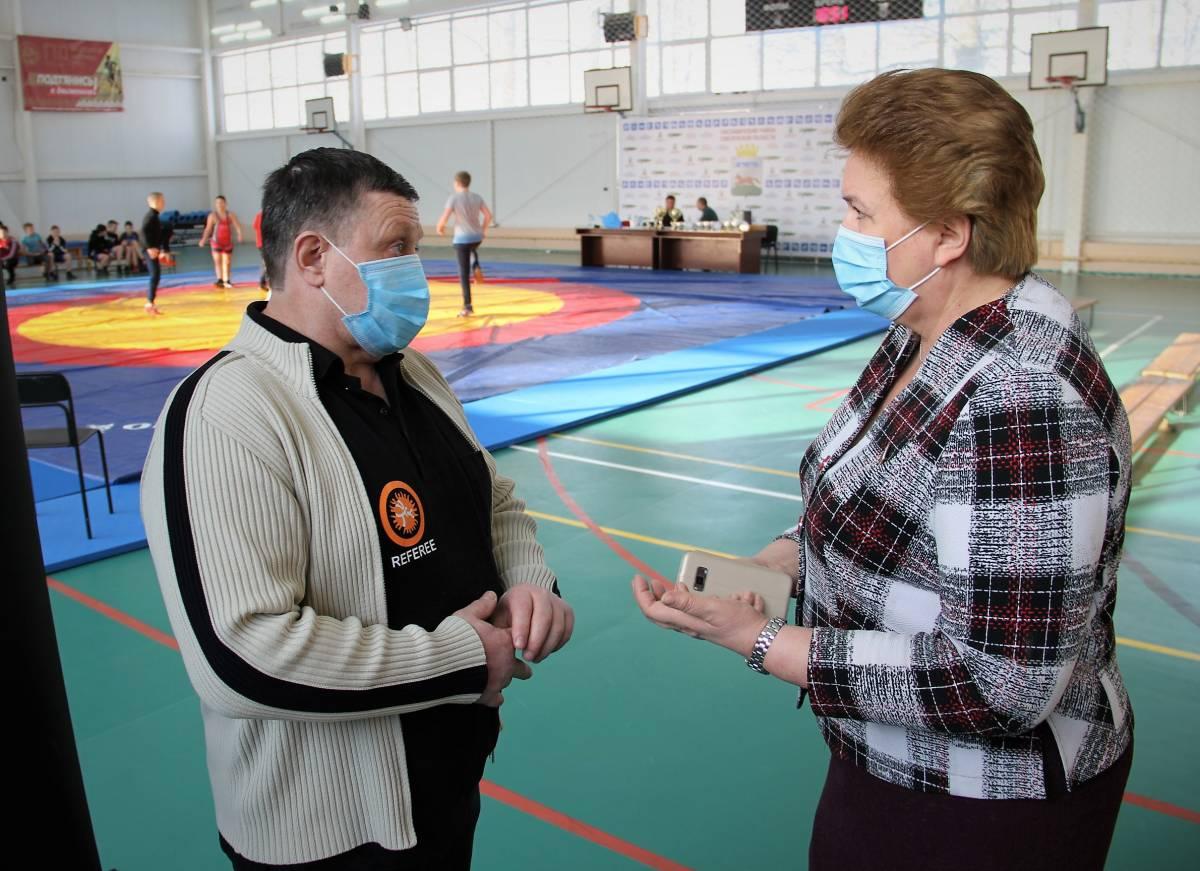 Ольга Окунева поздравила Хиславичскую школу вольной борьбы с 25-летием