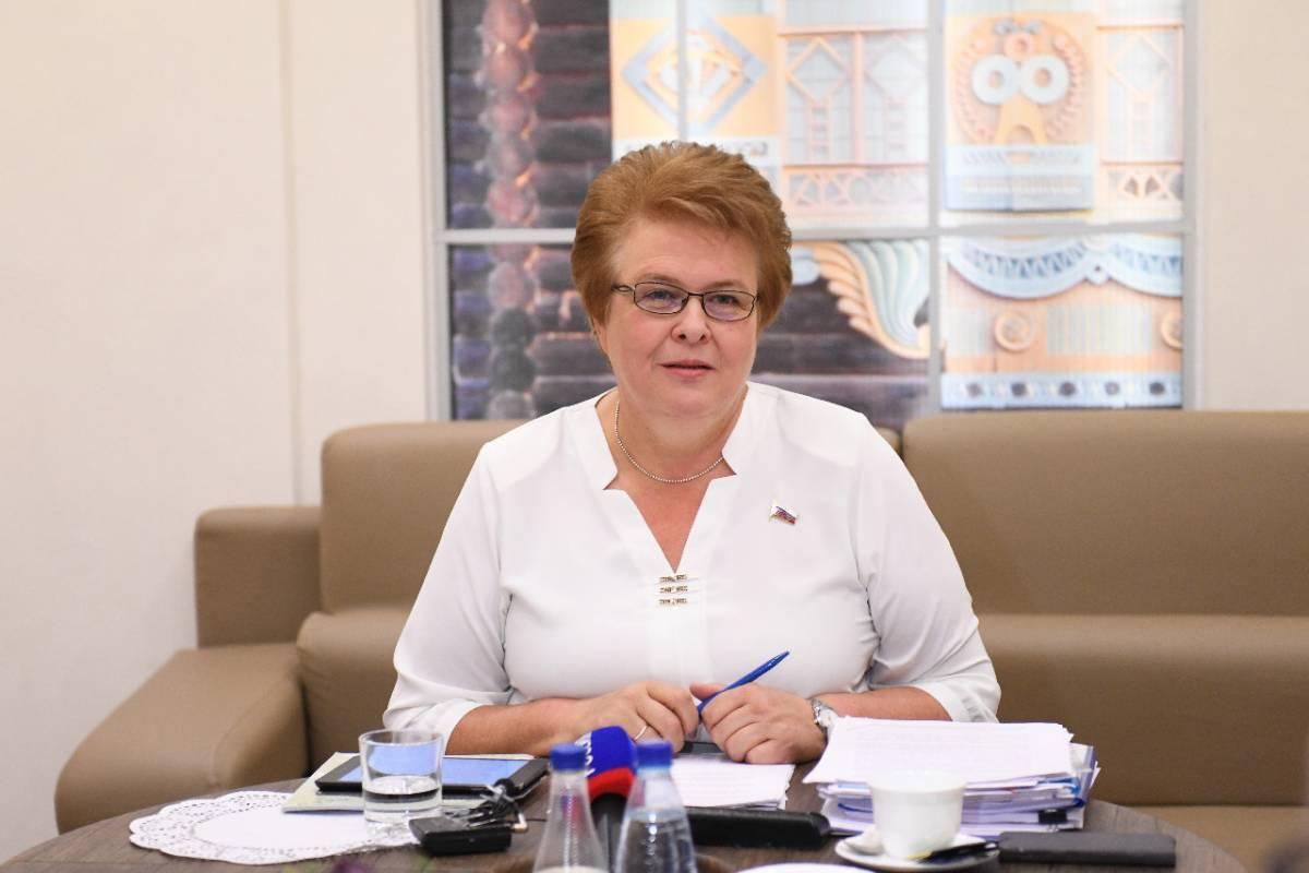 Ольга Окунева поздравляет смолян с Днем театра
