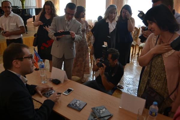 Дмитрий Коган подарил журналистам и работникам культуры авторские диски с собственным автографом