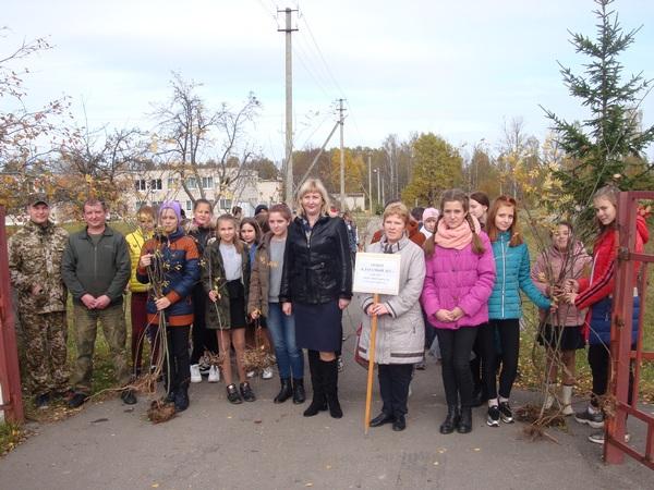 Ершичские школьники совместно с партийцами посадили рябиновую аллею