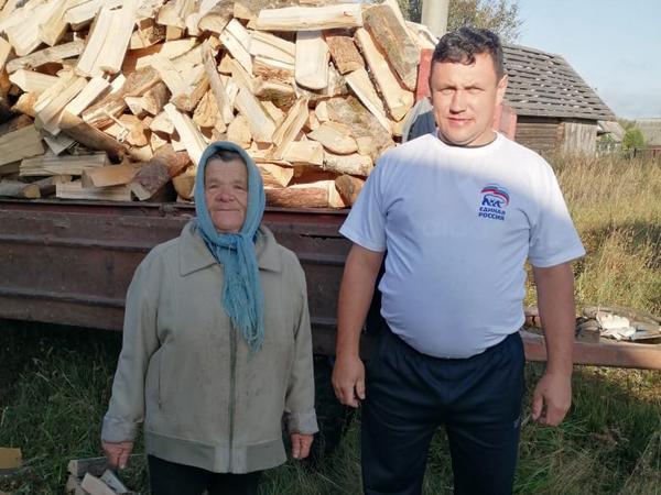 Партийцы обеспечили дровами пенсионеров Шумячского района