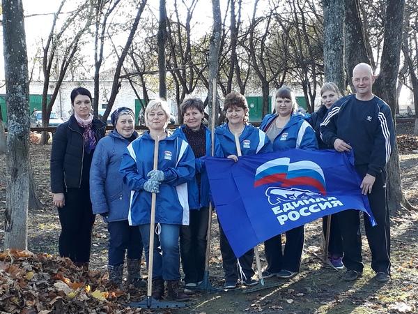 Краснинские партийцы провели субботник